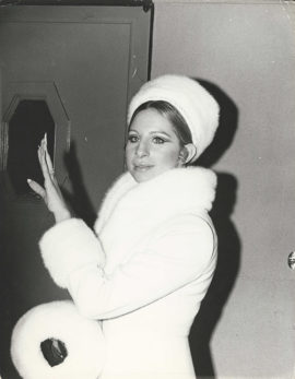 BARBRA STREISAND WEARS WHITE FUR AT PIERRE TRUDEAU EVENT (1970)