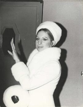 BARBRA STREISAND WEARS WHITE FUR AT PIERRE TRUDEAU EVENT (1970)