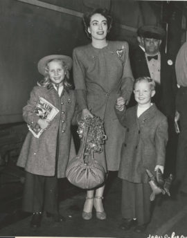 JOAN CRAWFORD ARRIVES WITH CHRISTINA AND CHRISTOPHER (1947)
