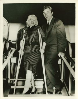 MARILYN MONROE, ROBERT MITCHUM / AIRPORT CANDID (1953)