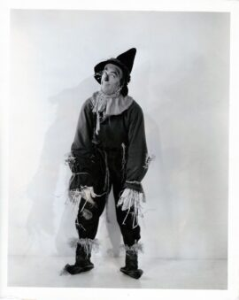 WIZARD OF OZ, THE (1939) Full-length portrait of Ray Bolger as the Scarecrow